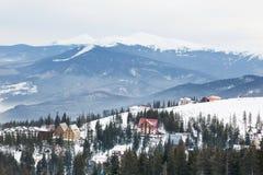 Stazione sciistica dell'alta montagna con le belle case variopinte Immagine Stock Libera da Diritti
