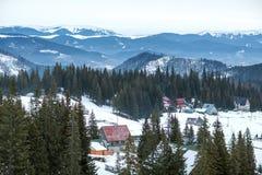 Stazione sciistica dell'alta montagna con le belle case variopinte Fotografia Stock Libera da Diritti