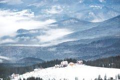 Stazione sciistica dell'alta montagna con le belle case variopinte Fotografia Stock
