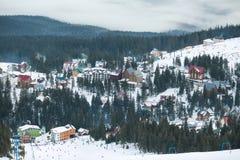 Stazione sciistica dell'alta montagna con le belle case variopinte Immagini Stock Libere da Diritti