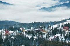 Stazione sciistica dell'alta montagna con le belle case variopinte Immagini Stock