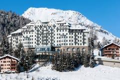 Stazione sciistica della montagna con neve nell'inverno, st Immagini Stock Libere da Diritti
