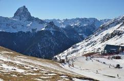 Stazione sciistica di Artouste contro il d'Ossau del du Midi del picco Fotografie Stock