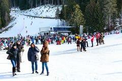 Stazione sciistica di Bansko, ascensore di sci e la gente sul pendio, Bulgaria Fotografia Stock