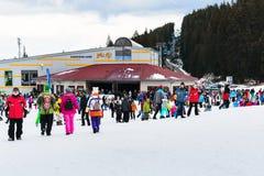 Stazione sciistica di Bansko, ascensore di sci e la gente sul pendio, Bulgaria Fotografie Stock