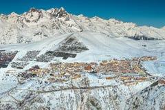Stazione sciistica famosa della montagna nelle alpi francesi, Europa Fotografie Stock Libere da Diritti