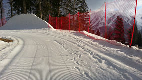 Stazione sciistica nelle montagne di Caucaso, nei pendii e nei picchi della neve Fotografia Stock