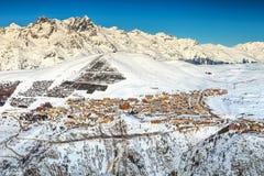 Stazione sciistica sbalorditiva della montagna nelle alpi francesi, Europa Immagini Stock