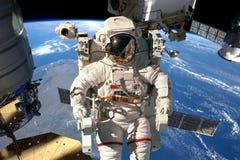 Stazione Spaziale Internazionale ed astronauta fotografia stock libera da diritti