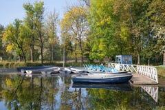 Stazione sul lago bianco, giorno soleggiato della barca di settembre La Russia Fotografia Stock Libera da Diritti
