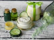 Stazione termale casalinga con gli ingredienti naturali, cetriolo fotografie stock libere da diritti