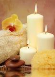 Stazione termale con le candele bianche fotografie stock