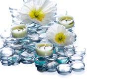 Stazione termale di giorno con le candele dei fiori Fotografia Stock Libera da Diritti