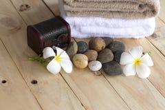 Stazione termale di massaggio che mette sopra il fondo di legno Fotografia Stock