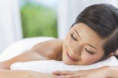 Stazione termale di rilassamento di salute della donna cinese asiatica felice Fotografia Stock Libera da Diritti