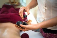 Stazione termale di trattamento e bellezza della gente di massaggio per lo stile di vita ed il rilassamento sani La fine su di sa Fotografie Stock Libere da Diritti