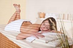 Stazione termale - la giovane donna si distende al trattamento di massaggio Fotografia Stock
