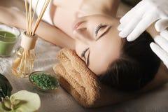 Stazione termale Massaggio di fronte Cura della pelle e del corpo della stazione termale Primo piano di giovane wom immagini stock