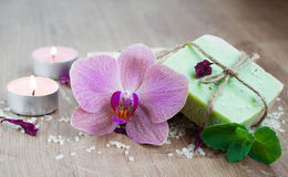 Stazione termale messa con le orchidee immagini stock