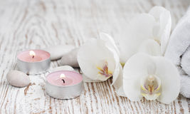 Stazione termale messa con le orchidee bianche immagine stock