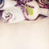 Stazione termale o fondo di benessere con le palle di erbe della compressa di massaggio, l'asciugamano e le erbe fresche fotografia stock