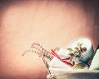 Stazione termale o regolazione di benessere con la crema di cura di pelle, le erbe dell'asciugamano ed i fiori freschi Stile di v fotografia stock libera da diritti
