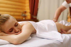 Stazione termale Ritratto della donna rilassata durante il massaggio Fotografie Stock
