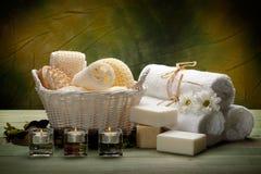 Stazione termale - tovaglioli, sapone, candele e strumenti di massaggio Fotografia Stock Libera da Diritti