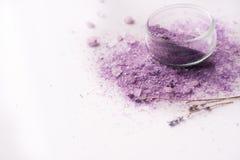 Stazione termale viola del sale marino Sale porpora, fiori secchi della lavanda Posto per la vostra scrittura su un fondo bianco fotografia stock