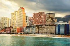 Stazione turistica estiva Benidorm, Spagna con la spiaggia Immagine Stock