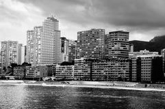 Stazione turistica estiva Benidorm, Spagna con la spiaggia Immagini Stock Libere da Diritti