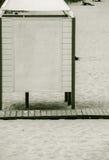 Stazione turistica estiva Cabina vestentesi bianca su una spiaggia sabbiosa Fotografia Stock
