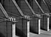 Stazioni di controllo concrete di flusso dello spillway della diga Fotografie Stock