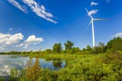 Stazioni generarici di forza motrice del vento nel parco Fotografia Stock
