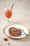 Stück des Schokoladen-Schweizer Rollenkuchens Stockbild