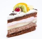 Stück des Schokoladenkuchens mit Zuckerglasur und frischer Frucht Stockbilder