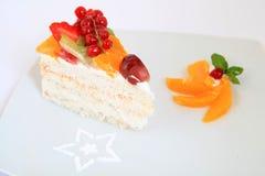 Stück des süßen und geschmackvollen Fruchtkuchens Stockfotos