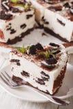 Stück Käsekuchen mit Schokoladenplätzchennahaufnahme vertikal Stockfotografie
