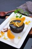 Stücke des Pfirsiches mit Schokolade Lava Cake Stockfotos