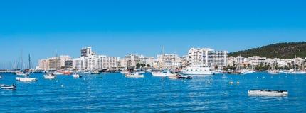 早晨在St安东尼de Portmany,伊维萨岛镇,巴利阿里群岛,西班牙港口  库存图片