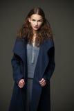 Städtische Art des Mode-Modell-Frauenmantels und -hutes werfen auf Lizenzfreie Stockbilder