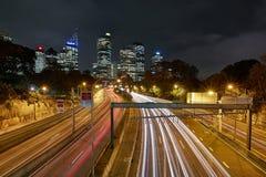 Städtische Landstraße nachts Stockfoto