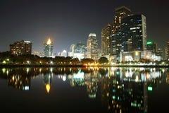Städtische Szene Bangkoks nachts mit Skylinereflexion Lizenzfreie Stockbilder