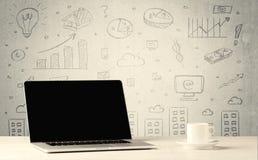 Städtische Verkaufsdiagramme und -laptop auf Schreibtisch Stockfotos