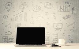 Städtische Verkaufsdiagramme und -laptop auf Schreibtisch Stockbild