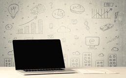 Städtische Verkaufsdiagramme und -laptop auf Schreibtisch Stockfoto