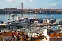 25ste April Bridge die Lissabon verbinden met gemeente van Almada, Tejo-rivier royalty-vrije stock foto