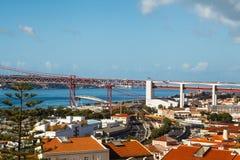 25ste April Bridge die Lissabon verbinden met gemeente van Almada, Tejo-rivier stock afbeelding
