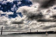 25ste April Bridge in Lissabon op een bewolkte dag Royalty-vrije Stock Afbeeldingen