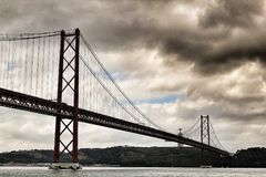 25ste April Bridge in Lissabon op een bewolkte dag Royalty-vrije Stock Fotografie